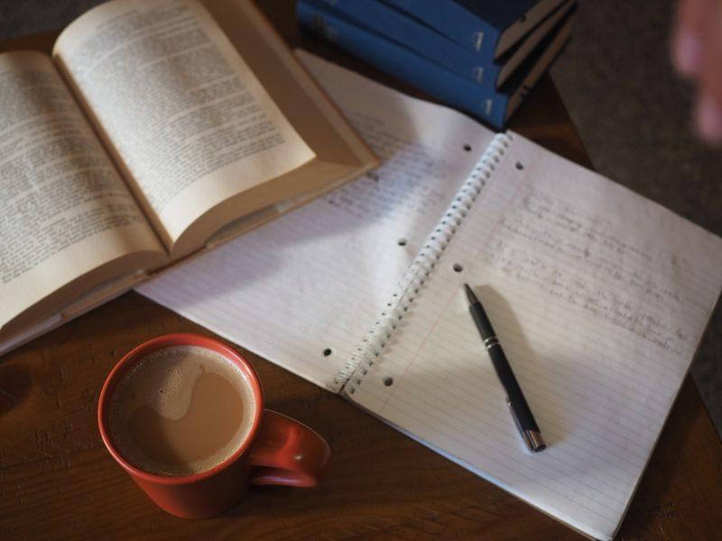 caderno e café